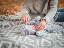 有她的小男孩的年轻母亲,在秋天公园 免版税图库摄影