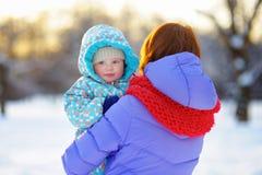 有她的小男婴的少妇 图库摄影