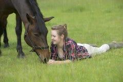 有她的小马的十几岁的女孩 免版税库存照片