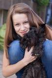 有她的小髯狗的年轻美丽的女孩 库存图片