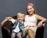 有她的弟弟的一个十几岁的女孩 免版税库存图片