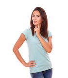 有她的手指的沉思性感的妇女在面孔 免版税库存图片