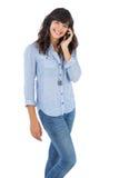 有她的手机的告诉快乐的浅黑肤色的男人某人 免版税库存图片