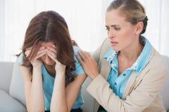 有她的有关治疗师的哭泣的妇女 免版税库存照片