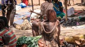 有她的未认出的妇女与从哈马尔部落的tatoos在地方村庄市场上在埃塞俄比亚 图库摄影