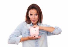 有她的桃红色家庭财务的时兴的拉丁夫人 免版税库存图片