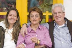 有她的母亲和父亲的可爱的妇女 免版税库存图片