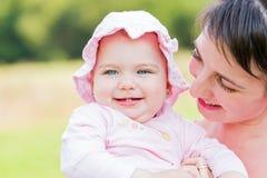 有她的母亲的可爱的婴孩 免版税库存照片
