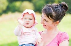 有她的母亲的可爱的婴孩 库存照片