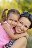 有她的母亲的女孩 免版税库存照片
