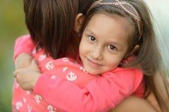 有她的母亲的小女孩 免版税库存照片