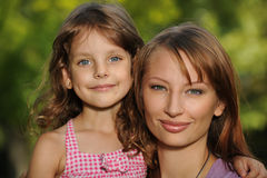 有她的母亲的小微笑的女孩 图库摄影