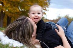 有她的母亲的愉快的女婴 免版税图库摄影