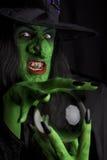 有她的水晶球的可怕巫婆。 库存图片