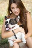有她的法国牛头犬小狗的青少年的女孩 免版税库存图片
