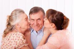 有她的照料者的老人在家 免版税库存照片