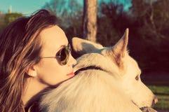 有她的爱犬的年轻可爱的女孩, colorised图象 库存照片