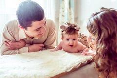 有她的父母的赤裸婴孩 库存照片