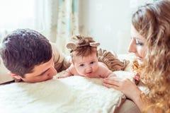 有她的父母的赤裸婴孩 库存图片