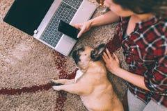 有她的狗的可爱的少妇 库存图片