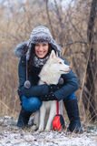 有她的狗的女孩 免版税库存照片