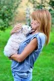 有她的狗的美丽的女孩 库存照片