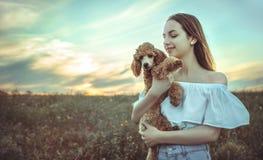 有她的狗的美丽的女孩 免版税库存图片