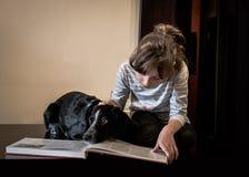 有她的狗的美丽的小女孩 库存图片