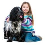 有她的猎犬小狗的小女孩 库存图片