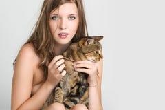 有她的猫的一个美丽的女孩 免版税库存图片
