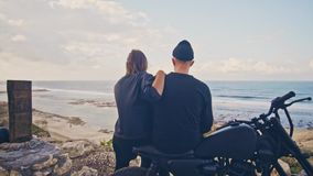 有她的男朋友的一个少妇,车手和他的摩托车一起敬佩美妙的看法,山和 股票视频