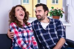 有她的男朋友的滑稽的笑的妇女 库存图片