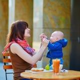 有她的男婴的美丽的年轻母亲 免版税库存图片