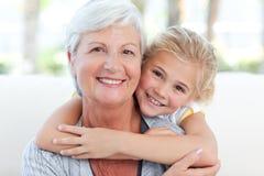 有她的祖母的可爱的小女孩 免版税库存图片