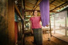 有她的纺织品的妇女 免版税库存图片