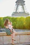 有她的美丽的年轻母亲可爱在巴黎,法国 免版税库存照片