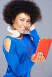 有她的音乐的美丽的非裔美国人的妇女 免版税库存照片