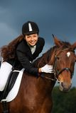 有她的马的女孩 免版税库存照片
