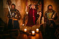 有她的骑士的中世纪女王/王后卫兵的 免版税库存图片