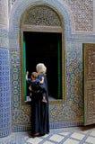 有她的婴孩的一名巴巴里人妇女她的在Tobius ` s qasba的胳膊的在阿特拉斯山脉在摩洛哥 库存图片