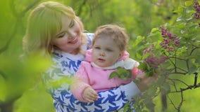 有她的婴孩的微笑的母亲自然的 股票视频