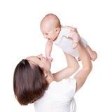 有她的婴孩的愉快的母亲 免版税库存照片