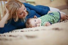有她的婴孩的母亲 图库摄影