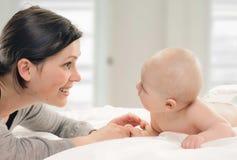 有她的婴孩的母亲 免版税库存图片