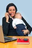 有她的婴孩的繁忙的母亲 免版税库存照片