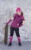 有她的滑板的溜冰者女孩 免版税库存照片