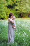 有她的年轻母亲的小婴孩 库存照片