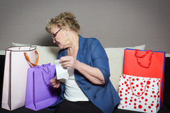 有她的购物的老妇人 免版税图库摄影