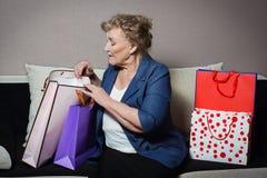 有她的购物的老妇人 免版税库存照片