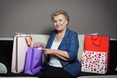 有她的购物的老妇人 库存照片